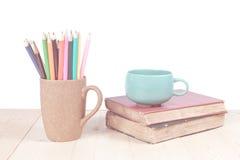 Farbbleistift und Kaffeetasse Lizenzfreie Stockbilder