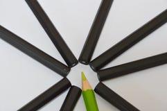 Farbbleistift und schwarze Bleistifte Stockfotografie