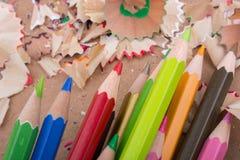 Farbbleistifte über einem Notizbuch Stockfoto