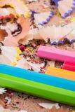 Farbbleistifte über einem Notizbuch Stockfotos