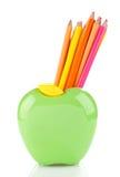 Farbbleistifte in Apfel geformtem Stand Lizenzfreies Stockbild