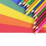 Farbbleistifte auf mehrfarbigem Papier Stockbilder