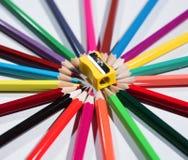 Farbbleistifte eingestellt und Bleistiftspitzer Stockfotos