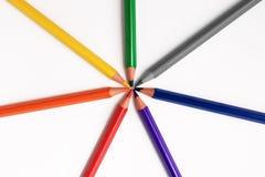 Farbbleistifte schließen oben auf weißer Hintergrundregenbogenfarbe stockbild
