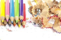 Farbbleistifte und Bleistiftschnitzel Lizenzfreie Stockbilder