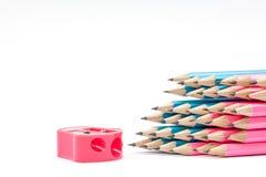 Farbbleistifte und Bleistiftspitzer Lizenzfreie Stockfotografie