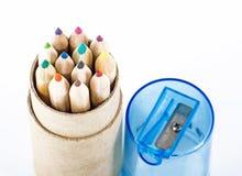 Farbbleistifte und Bleistiftspitzer Lizenzfreies Stockfoto