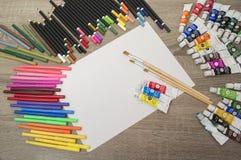Farbbleistifte und -markierungen Lizenzfreie Stockbilder