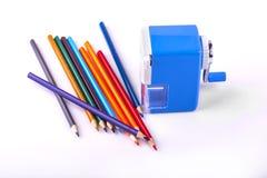Farbbleistifte und mechanischer Bleistiftspitzer Lizenzfreie Stockbilder