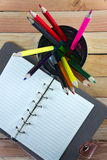 Farbbleistifte und -notizbuch auf Holztisch sehen auf Draufsicht Lizenzfreie Stockfotografie