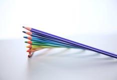 Farbbleistifte vereinbaren herein im Rad Zusammenstellung von gefärbt Stockfotos
