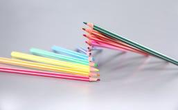 Farbbleistifte vereinbaren herein im Rad Zusammenstellung von gefärbt Stockfoto