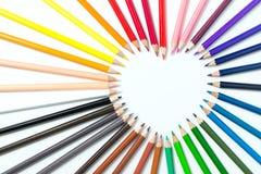 Farbbleistifte vereinbart in einer Herzform Lizenzfreies Stockfoto
