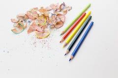 Farbbleistiftzeichenstifte und Bleistiftschnitzel Lizenzfreie Stockfotos