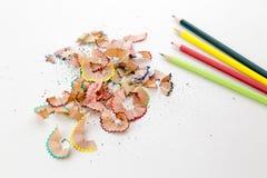 Farbbleistiftzeichenstifte und Bleistiftschnitzel Stockfoto