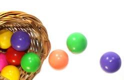 Farbbälle in einem Korb Stockfotos