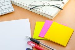 Farbbriefpapier mit Stift auf Computertisch Stockfoto
