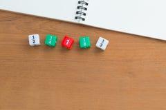 Farbbruch würfelt, weißes Notizbuch des freien Raumes auf hölzernem Schreibtisch Stockbild