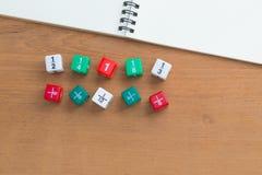 Farbbruch würfelt, weißes Notizbuch des freien Raumes auf hölzernem Schreibtisch Lizenzfreies Stockfoto