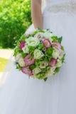 Farbbunter Blumenstrauß in den Händen Stockbilder