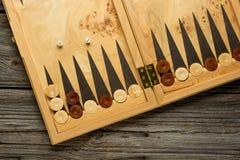 Farbdetail eines Backgammonspiels mit zwei Würfeln schließen oben Stockfotos