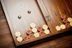 Farbdetail eines Backgammonspiels mit zwei Würfeln schließen oben Stockfotografie