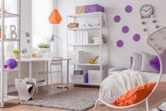 Farbdetails im Schlafzimmer des Jugendlichen Stockbild