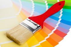Farbdiagrammführer mit Bürste Stockbilder