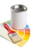 Farbdiagrammführer mit Bürste und Farbeimer Stockfoto