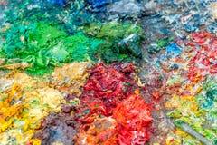 Farbe auf Palette voll von Farben Stockfotos