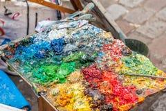 Farbe auf Palette voll von Farben Lizenzfreies Stockfoto