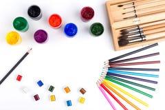Farbe, Bleistifte und Bürsten Stockbilder