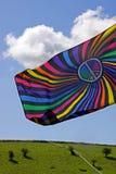 Farbe/bunte Markierungsfahne gegen einen blauen Himmel Lizenzfreie Stockfotografie
