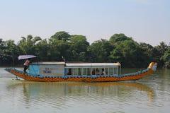 Farbe-Drache-Boot in Vietnam stockfotografie