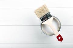 Farbe kann mit Malerpinsel auf hölzernem Hintergrund mit copysp Lizenzfreies Stockfoto