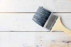 Farbe mit Bürste auf Holz Kunst- und Hobbykonzept stockfotografie