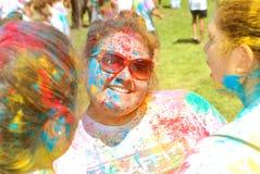 Farbe plätscherte Freundinnen Frühlingsfest Lizenzfreies Stockbild