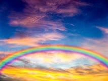 Farbe und bewölkter Himmel, Sonnenuntergang am Abend Lizenzfreie Stockfotos