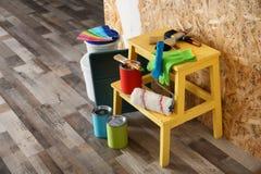 Farbe und Dekorateur ` s Werkzeuge stockbilder