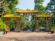 Farbe, Vietnam - 13. September 2017: Alt kommen Sie von einem Bogen mit einem gelben Dach, in Hue Vietnam herein Stockfotografie