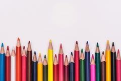 Farbe zeichnet den Regenbogen an, der auf weißen Hintergrund gelegt wird Stockfotografie