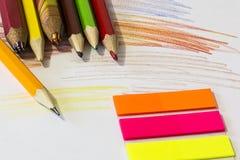 Farbe zeichnet Zeichenstifte auf Papierhintergrund an Stockfoto
