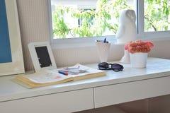 Farbebleistifte und Sketchbook auf Holztisch Stockbilder