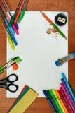 Farben, Bürsten, färbten Bleistifte und Album Lizenzfreie Stockfotos