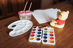 Farben, Bürsten, färbten Bleistifte und Album Stockbilder