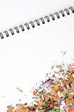 Farben-Bleistift-Schnitzel auf Auflage Lizenzfreie Stockbilder