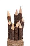 Farben-Bleistifte geschnitzt von den hölzernen Steuerknüppeln Stockfoto