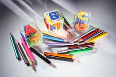 Farben-Bleistifte und Alphabet-Blöcke Lizenzfreie Stockfotografie