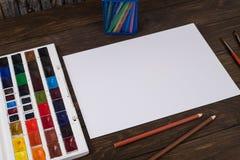 Farben, Bleistifte und Bürsten auf hölzernem zu einem Boden Bildaufbereitung Lizenzfreie Stockfotografie