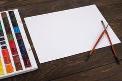 Farben, Bleistifte und Bürsten auf hölzernem zu einem Boden Bildaufbereitung Lizenzfreies Stockbild